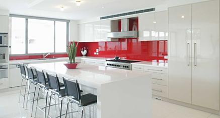 מטבח לבן שיש אדום